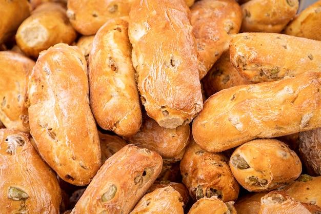 일요일 시장에서 그린 올리브와 함께 갓 구운 소박한 이탈리아 빵