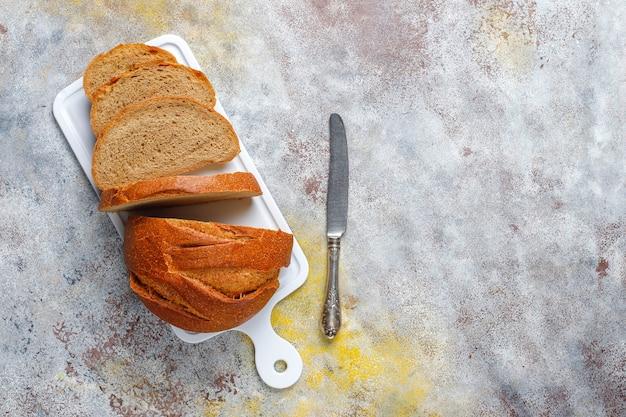 갓 구운 호밀 밀 빵을 슬라이스합니다.