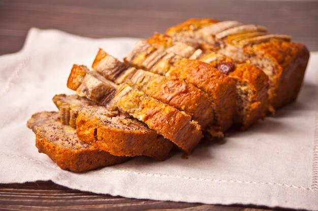 Свежеиспеченный банановый хлеб на салфетке