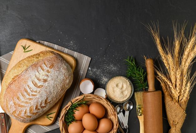 焼きたてのサワードウパンに新鮮な卵とアクセサリーを添えて