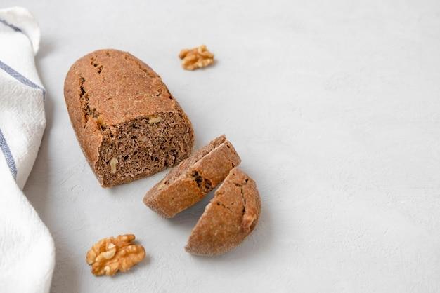 텍스트를 위한 공간이 있는 중성 회색 배경에 갓 구운 사워도우 호두 빵