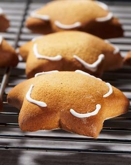Свежеиспеченное печенье из мясорубки в форме звезды на решетке для охлаждения. крупным планом вид селективный фокус.