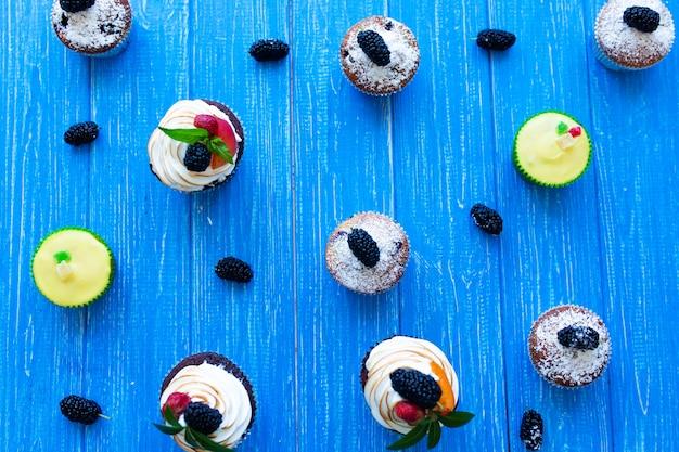 파란색 배경에 갓 구운 된 달콤한 머핀. 달콤한 파이, 요리법, 요리