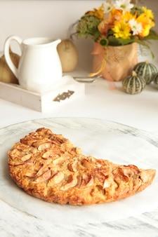 백그라운드에서 사과와 차 컵과 함께 갓 구운 맛있는 사과 파이. 집에서 만든 건강 식품 개념입니다.
