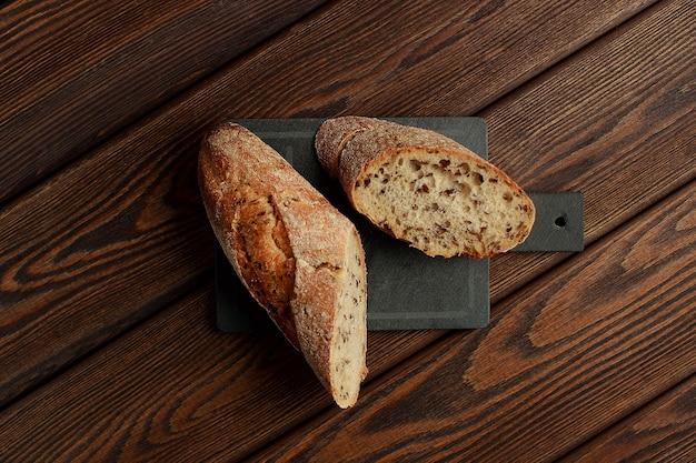 Свежеиспеченный традиционный хлеб на деревянном столе