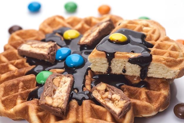 Свежеиспеченные вафли с шоколадом изолированы