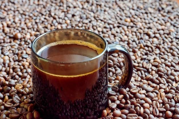 濃いガラスのマグカップで淹れたてのコーヒー