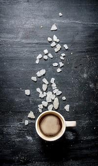 結晶砂糖を入れた淹れたてのコーヒー。