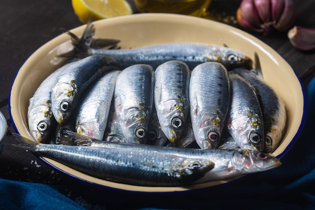 지중해 바다에서 갓 잡은 신선한 정어리를 그릇에 담아
