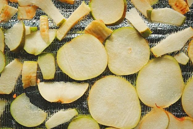 건조를 위해 배치된 갓 다진 모듬 과일 칩 모듬 사과와 배 칩