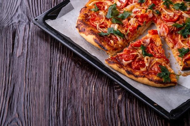 焼きたてのホットピザとチーズハム肉トマトオニオンパセリ自家製スライス
