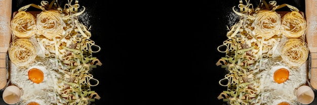 갓 조리 한 파스타는 밀가루를 뿌린 어두운 표면에 놓여 있습니다. 이탈리아 파스타. tagliatelle. 생 파스타. 이탈리아 파스타 레시피. 상위 뷰, 복사 공간.