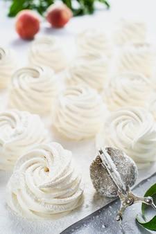 Свежеприготовленный зефир (зефир) - воздушный русский десерт крупным планом. выборочный фокус. чайный деликатес