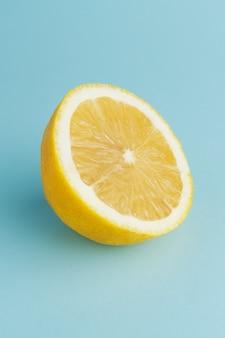 파란색 배경에 갓 자른 레몬 반
