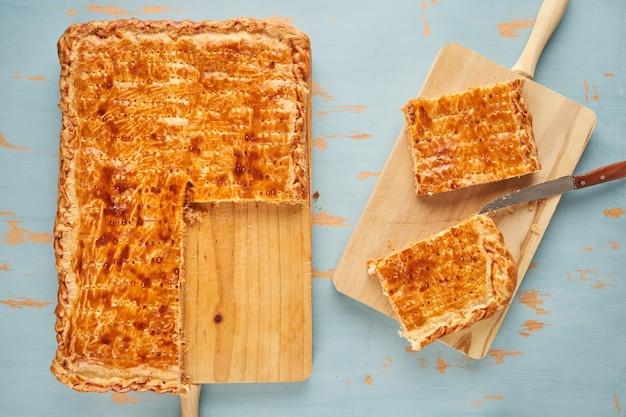 Свеже нарезанные порции свежеиспеченного галисийского котлета, фаршированного тунцом