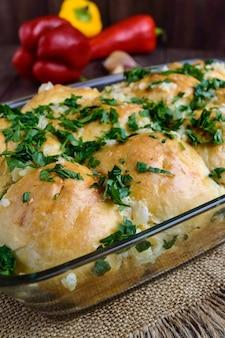 Свежие ароматные булочки с чесноком и зеленью. прекрасное дополнение к супу, борщу. закрыть вверх