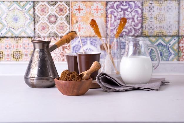 Свежемолотый кофе с несколькими ингредиентами для приготовления кофе на домашней кухне