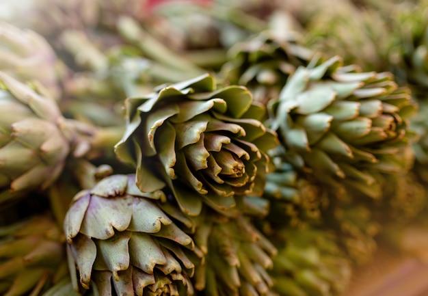 유기농 시장에서 갓 수확한 아티초크, 건강한 생활 방식을 위한 야채