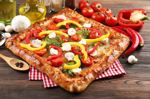 木製のテーブルのクローズ アップで焼きたてのピザ