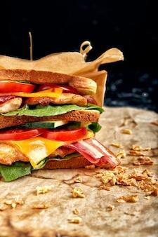 作りたてのクラブサンドイッチを木製のまな板で提供しています。