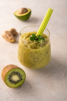 야채 과일 허브와 채소로 만든 갓 만든 녹색 스무디