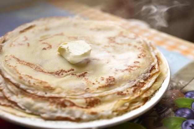 버터로 갓 만든 팬케이크 아침 식사 아이디어 미국 음식 좋은 아침
