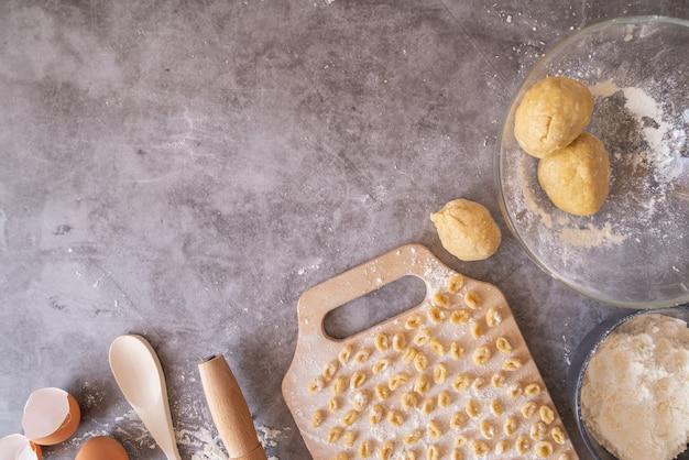 Свежеприготовленные макароны с рамкой для теста