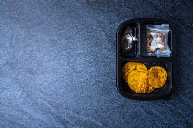 사무실에서 일하는 고객을위한 갓 포장 된 박스 식품, 새로운 정상적인 생활 방식