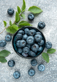 콘크리트 배경에 갓 고른 블루베리입니다. 건강한 식생활을 위한 개념
