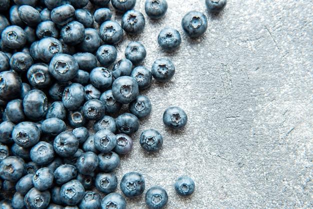 Свежесобранная черника на бетонном фоне. концепция здорового питания