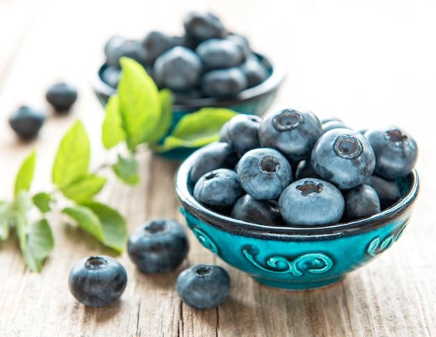 오래 된 나무 배경에 갓 고른 블루베리입니다. 건강한 식생활을 위한 개념