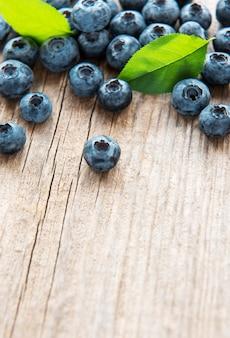 소박한 나무 테이블에 갓 고른 블루베리. 건강한 식생활을 위한 개념