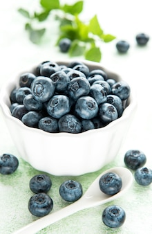 나무 배경에 갓 고른 블루베리입니다. 건강한 식생활을 위한 개념