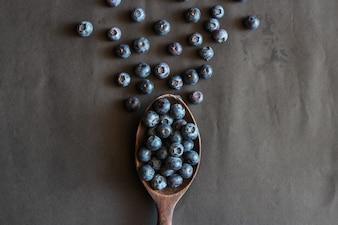 Свежесобранные ягоды черники. Спелые и сочные свежие собранные черники заделывают.
