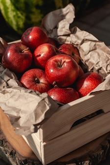 갓 잔디에 나무 상자에 빨간 사과를 고른. 수확.