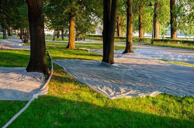 公園に植えられたばかりの芝生は、鳥や紫外線から保護するために、布地やアグロテキスタイルで覆われています。