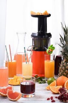 오렌지, 자몽, 석류, 파인애플, 망고에서 갓 준비한 감귤 주스.