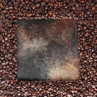 질감으로 갓 볶은 커피 콩