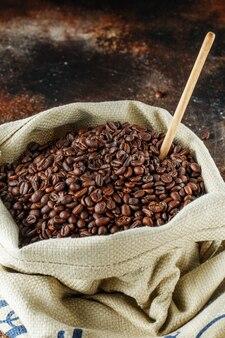 삼베 가방에 갓 볶은 커피 콩