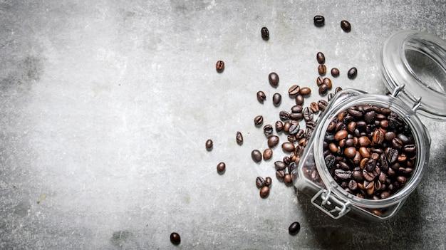 ガラスの瓶に入れて焙煎したてのコーヒー豆。