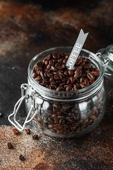 유리 항아리에 갓 볶은 커피 콩.
