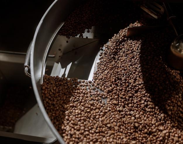 냉각 트레이에 갓 볶은 커피 콩