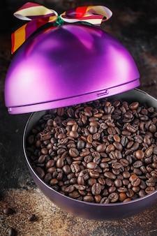 보라색 축제 크리스마스 공에 갓 볶은 커피 콩 모양의 선물 또는 선물 크리스마스 상자