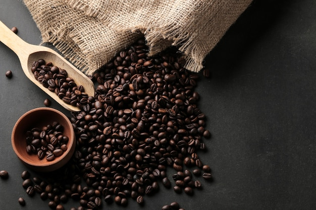 Свежеобжаренные кофейные зерна на столе