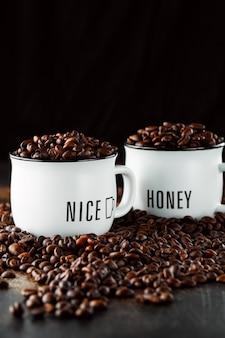 흰색 컵에 갓 볶은 커피