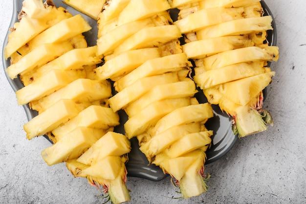 皿にスライスしたてのパイナップル、上面図