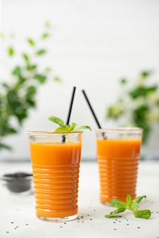 Freshly squeezed carrot juice with spinach Premium Photo