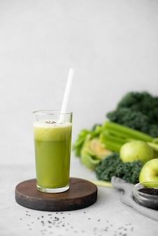Свежевыжатый сок сельдерея и зеленого яблока в высоком стакане