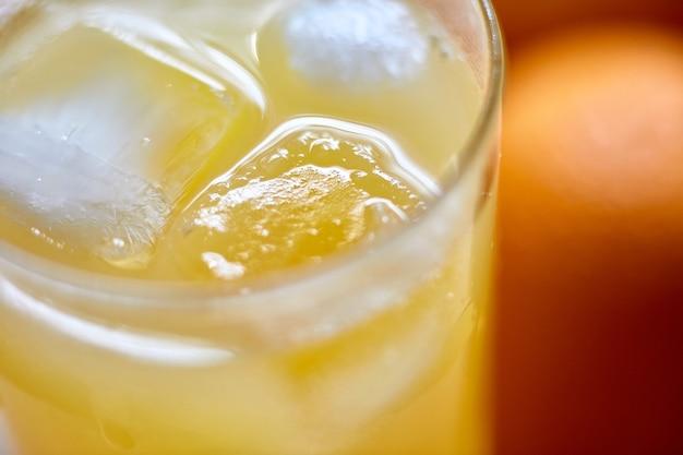 얼음 클로즈업이 있는 유리에 갓 짜낸 주스