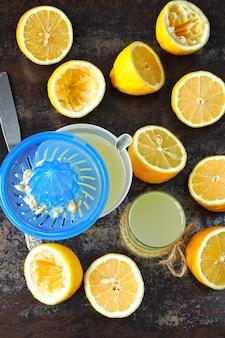 Свежевыжатый лимонный сок. лимон фреш лимоны половинки лимона. концепция похудения с лимонным соком.